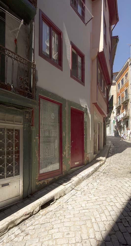 Vista exterior de 'A Casinha' en la Rúa dos Caldeireiros. Paulo Moreira architectures. Foto: Prompt Collective